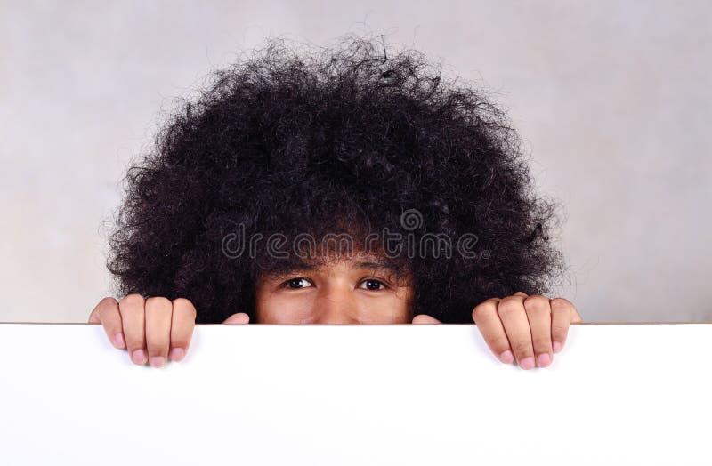 Giovane con la lavagna lunga della tenuta dei capelli immagine stock