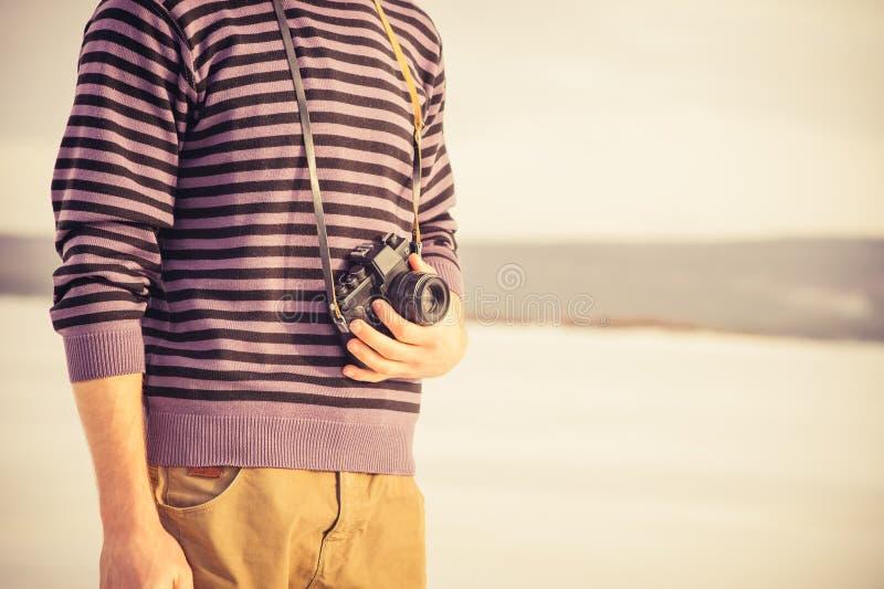 Giovane con la retro macchina fotografica della foto all'aperto fotografia stock libera da diritti