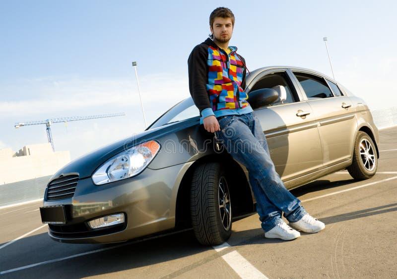 Giovane con la sua nuova automobile fotografia stock libera da diritti