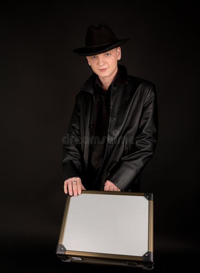 Giovane con la valigia immagini stock libere da diritti