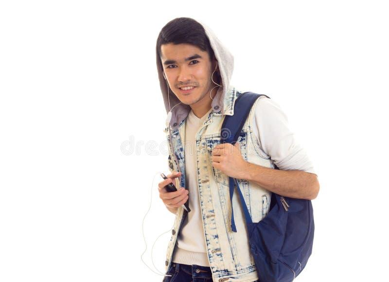 Giovane con lo zaino, lo smartphone e le cuffie fotografie stock libere da diritti