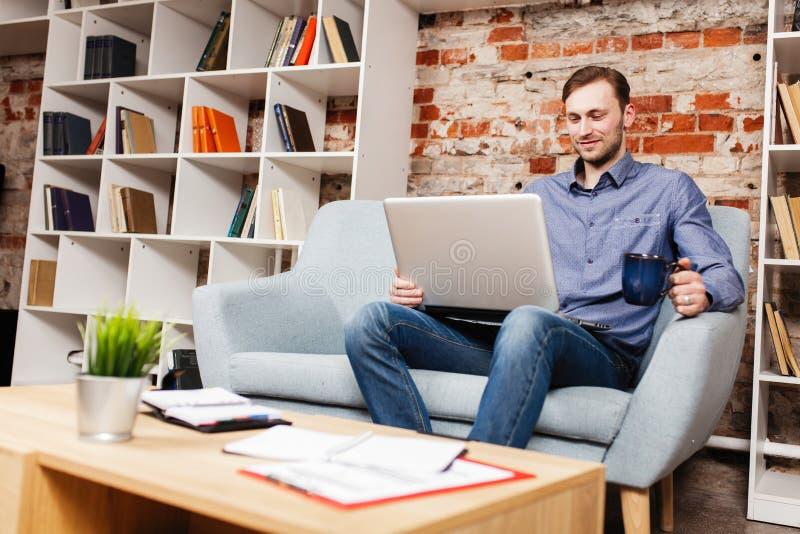 Giovane con un computer portatile fotografie stock libere da diritti