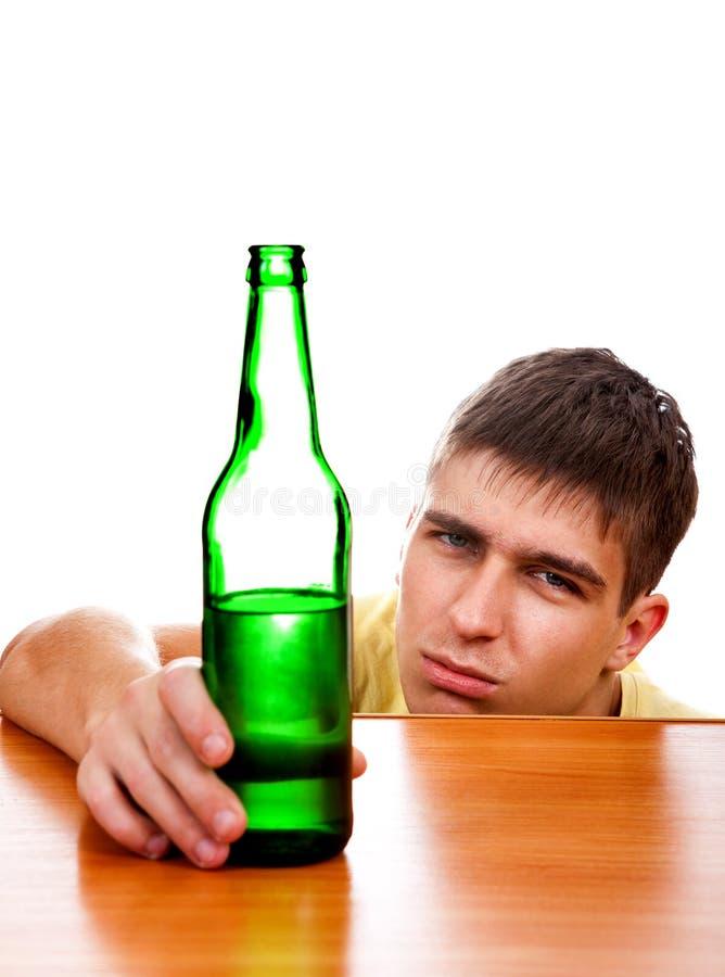 Giovane con una birra immagine stock libera da diritti