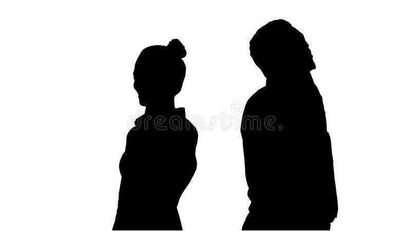 Giovane condizione afroamericana dell'uomo e della donna della siluetta di nuovo alla parte posteriore che fa le telefonate illustrazione di stock