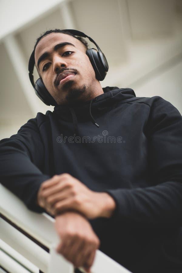 Giovane condizione afroamericana dell'uomo fuori dell'ascoltare la musica immagini stock libere da diritti