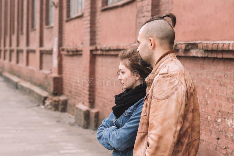 Giovane condizione amorosa delle coppie sulla via della città fotografie stock