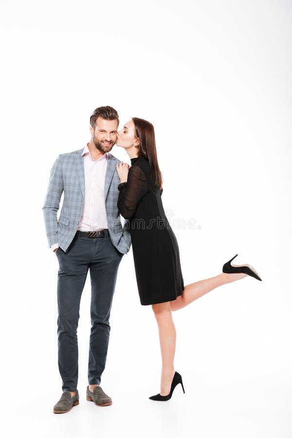 Giovane condizione amorosa sorridente delle coppie isolata fotografia stock