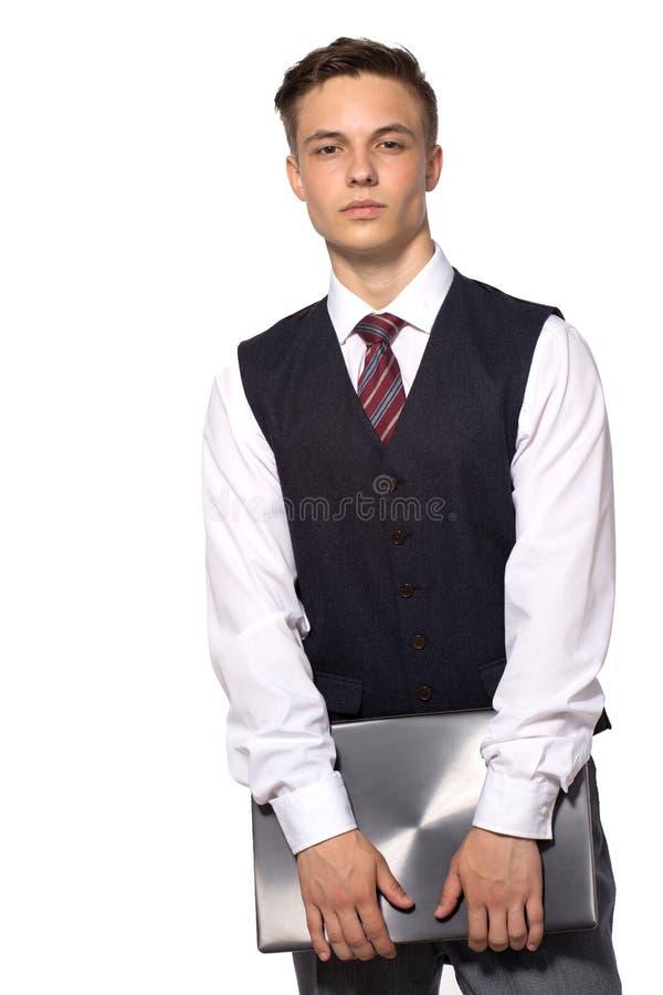 Giovane condizione dell'uomo d'affari con il computer portatile chiuso in mani di hus, isolate su bianco fotografia stock
