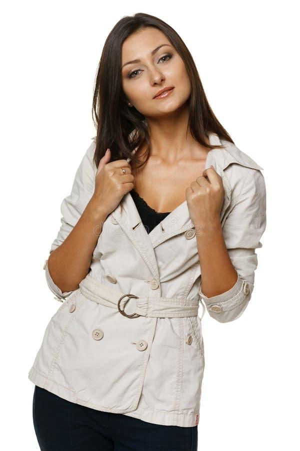 Giovane condizione femminile in rivestimento beige immagine stock libera da diritti