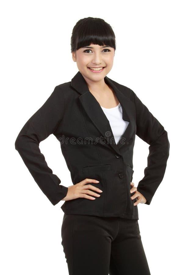 Giovane condizione sicura della donna di affari fotografia stock