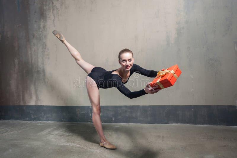 Giovane contenitore di regalo adulto del presente del ballerino di balletto per voi immagine stock
