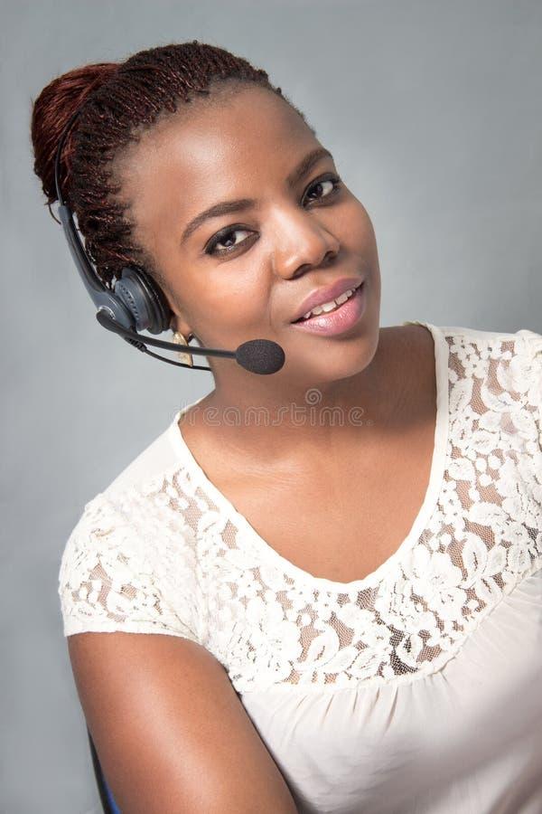 Giovane conversazione dell'agente della call center della donna di colore immagini stock