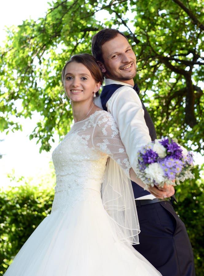 Giovane coppia sposata fresca felice immagine stock