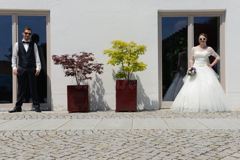 Giovane coppia sposata fresca felice fotografia stock libera da diritti