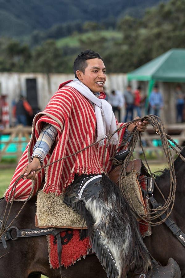 Giovane cowboy sulla parte posteriore del cavallo nel lazo della tenuta dell'Ecuador immagine stock libera da diritti