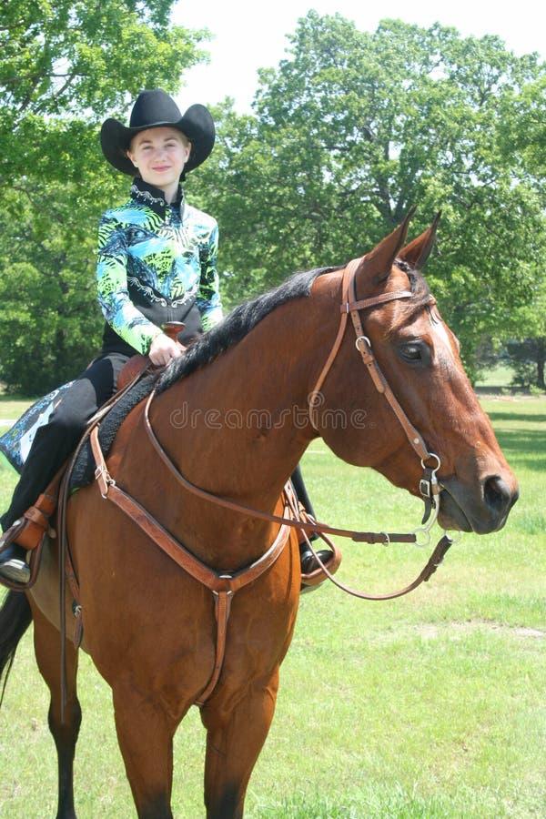 Giovane cowgirl che si siede su un quarterhorse immagini stock libere da diritti