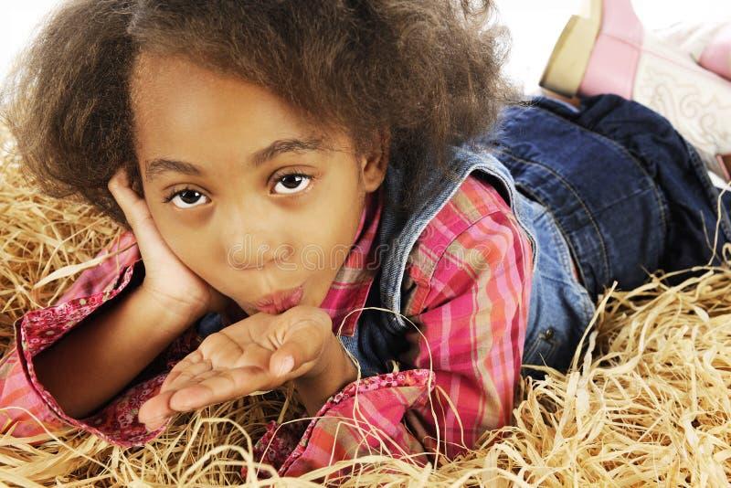 Giovane cowgirl che soffia un bacio fotografia stock libera da diritti