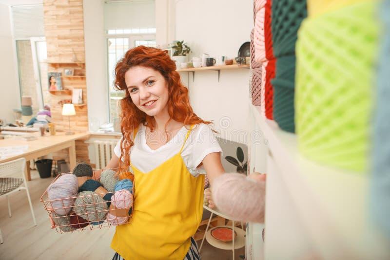 Giovane craftswoman alla moda che viene per comperare fotografia stock