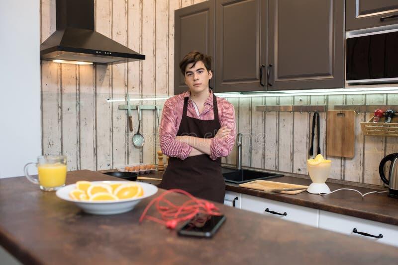 Giovane in cucina immagini stock