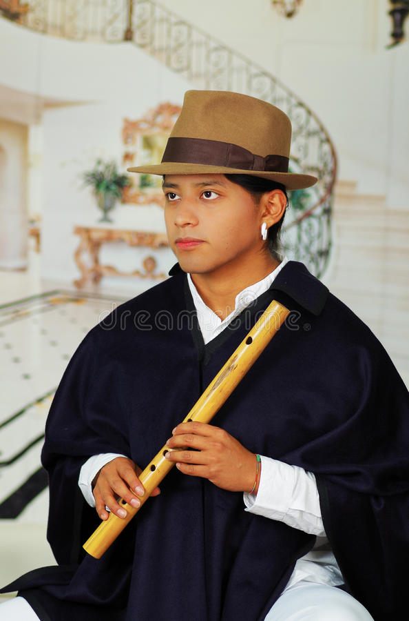 Giovane da Otavalo, Ecuador, giocante la flauto di quena fotografia stock libera da diritti