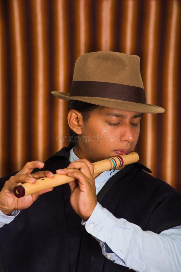 Giovane da Otavalo, Ecuador, giocante la flauto di quena fotografie stock