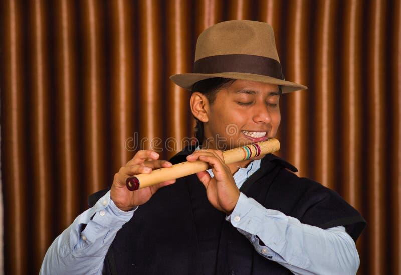 Giovane da Otavalo, Ecuador, giocante la flauto di quena immagini stock