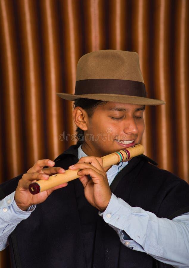 Giovane da Otavalo, Ecuador, giocante la flauto di quena immagini stock libere da diritti
