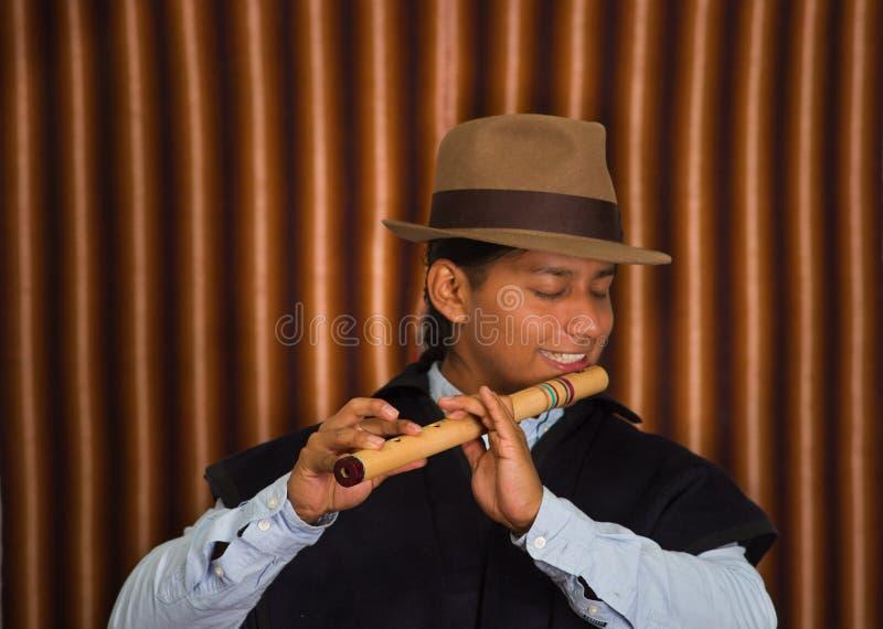 Giovane da Otavalo, Ecuador, giocante la flauto di quena immagine stock libera da diritti