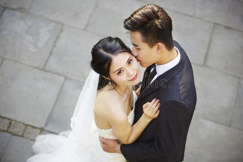 Giovane dancing asiatico dello sposo e della sposa in aria aperta fotografia stock libera da diritti