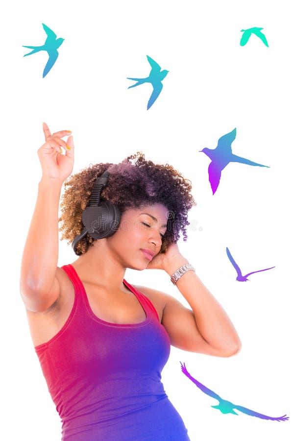 Giovane dancing attraente della donna di colore con immagine stock