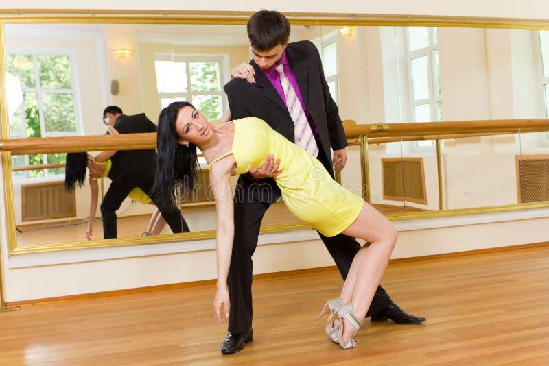 Giovane dancing attraente delle coppie fotografia stock libera da diritti