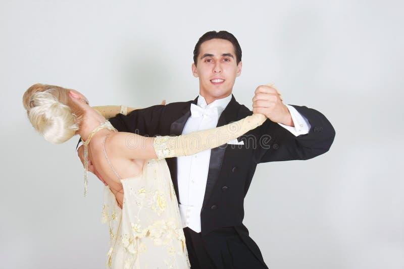 Giovane dancing delle coppie immagini stock