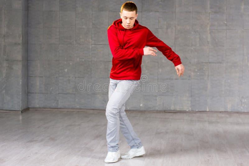 Giovane dancing moderno maschio del ballerino fotografie stock libere da diritti
