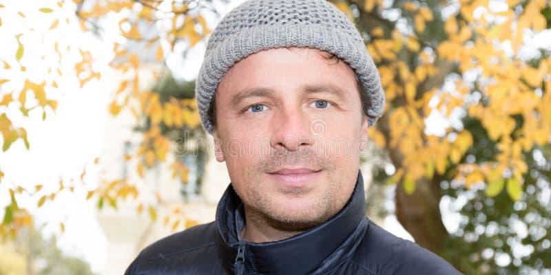 Giovane del cappello di modo di inverno immagini stock