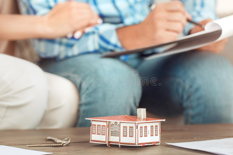 Giovane delle coppie di affitto dell'appartamento bene immobile insieme immagine stock