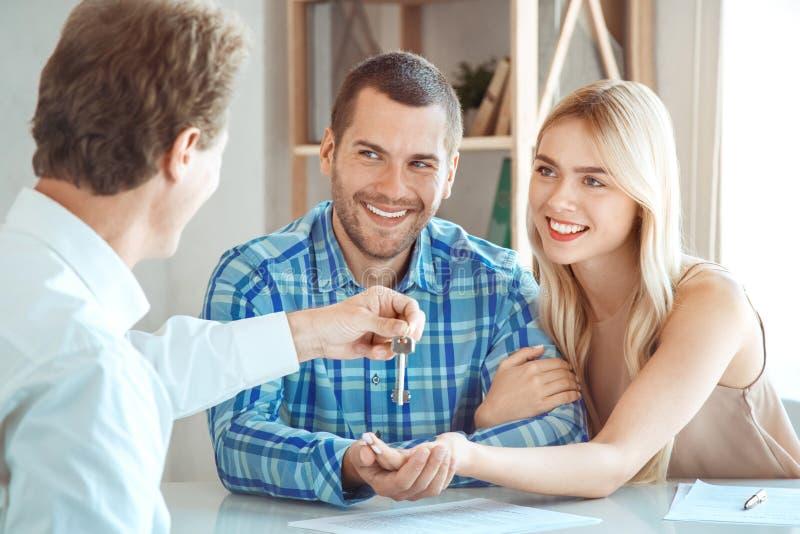 Giovane delle coppie di affitto dell'appartamento bene immobile insieme immagini stock