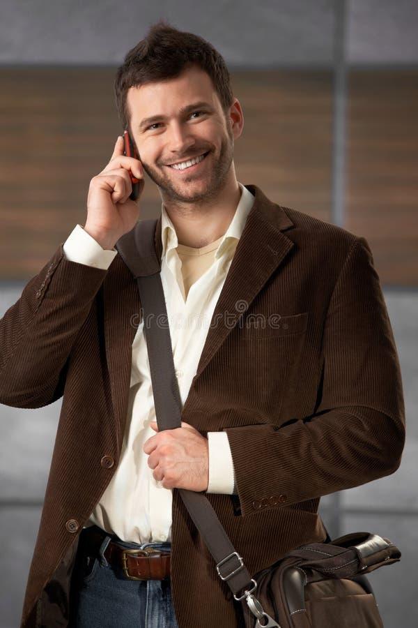 Giovane di impiegato sul telefono immagini stock libere da diritti