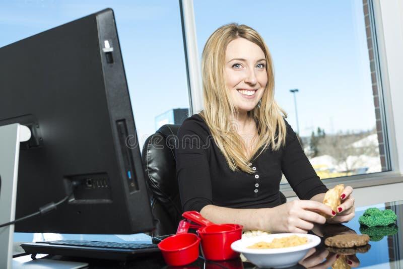 Giovane dietista sveglio in un ufficio fotografie stock libere da diritti