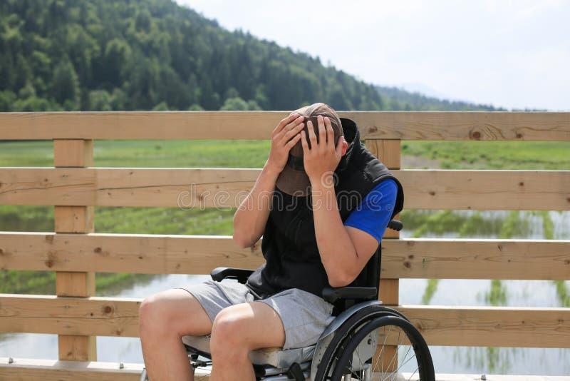 Giovane disabile su una sedia a rotelle immagine stock libera da diritti