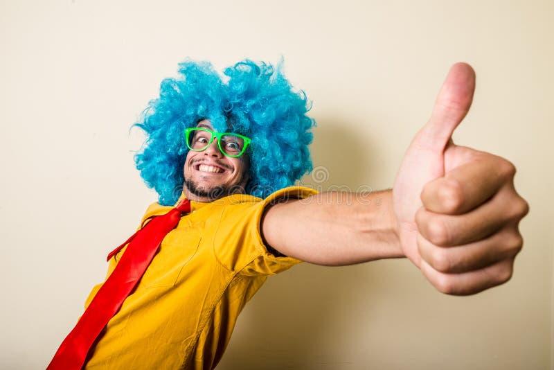 Giovane divertente pazzo con la parrucca blu fotografia stock libera da diritti