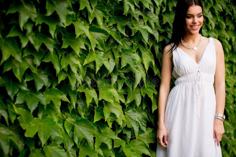 Download Giovane donna 15 fotografia stock. Immagine di fogli - 55361146
