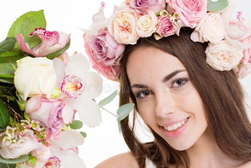 Giovane donna abbastanza felice in bella corona dei fiori fotografie stock libere da diritti