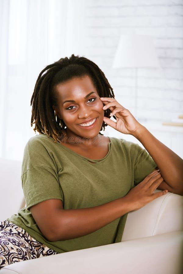 Giovane donna abbastanza sorridente fotografia stock libera da diritti