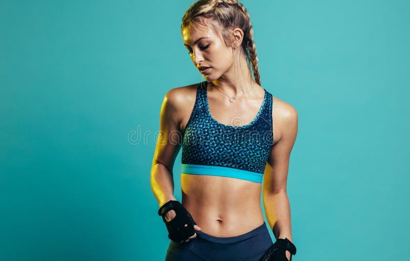 Giovane donna adatta in abiti sportivi fotografia stock libera da diritti