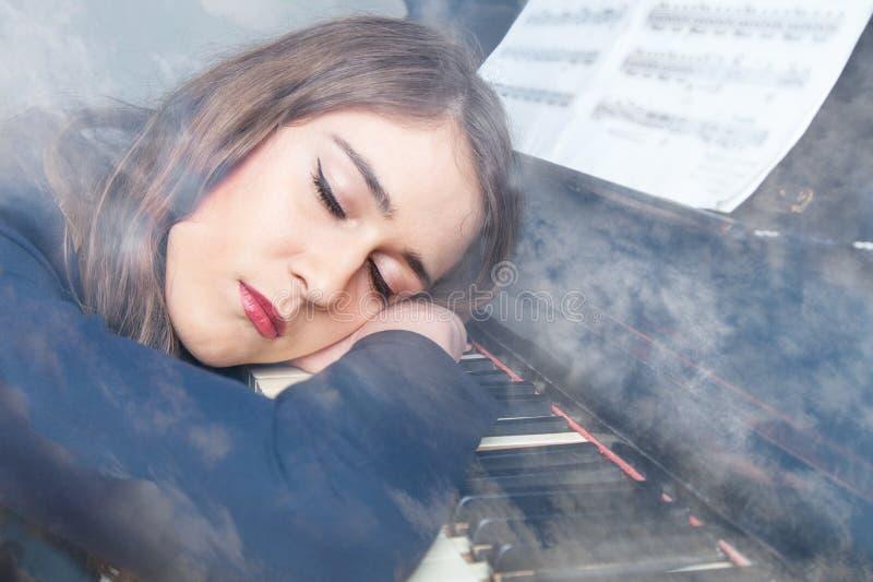 Giovane donna addormentata fotografie stock