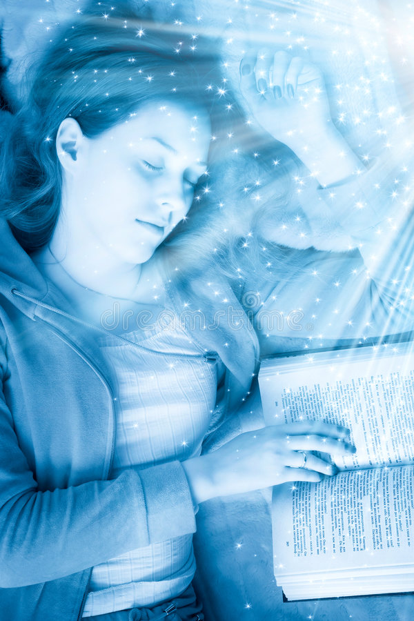 Giovane donna addormentata con il libro immagini stock