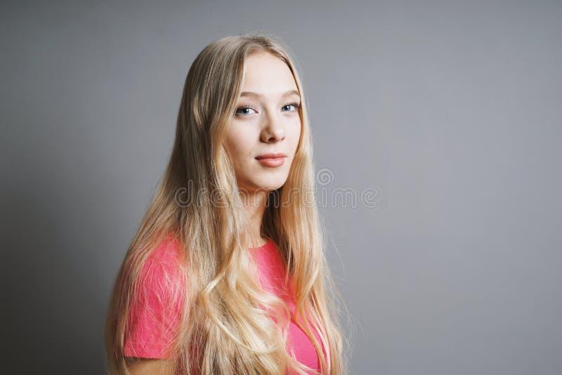 Giovane donna adolescente contenta sicura immagine stock