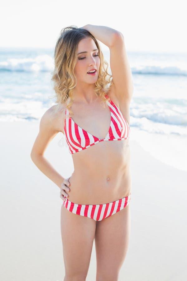 Giovane donna adorabile che posa sulla spiaggia immagine stock libera da diritti