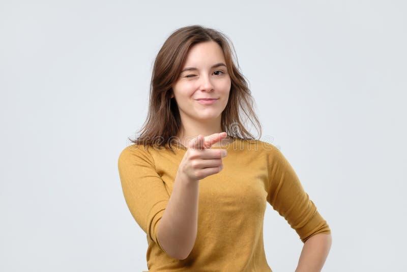 Giovane donna adorabile felice che indica voi Buon concetto choice fotografia stock