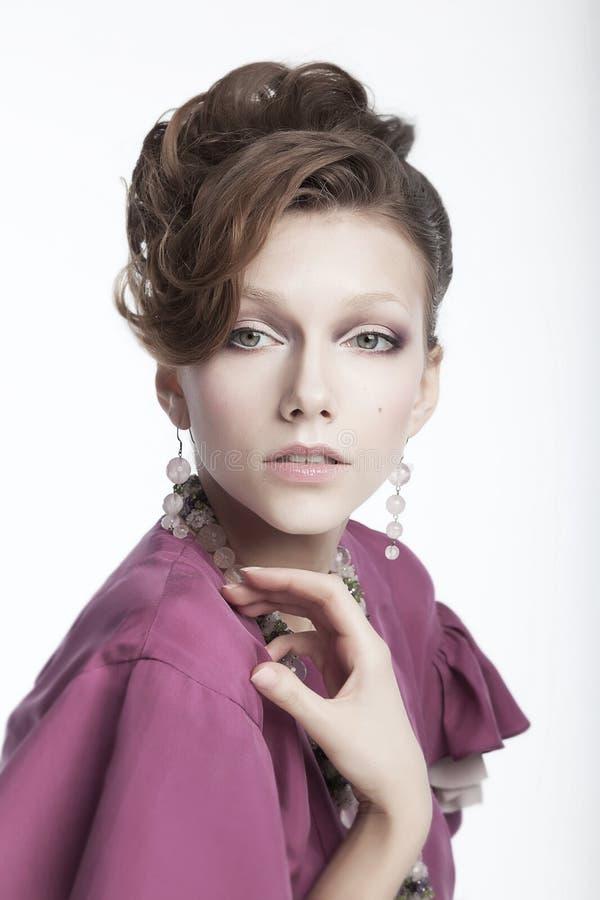 Giovane donna adorabile - ritratto femminile sveglio dello studio fotografie stock